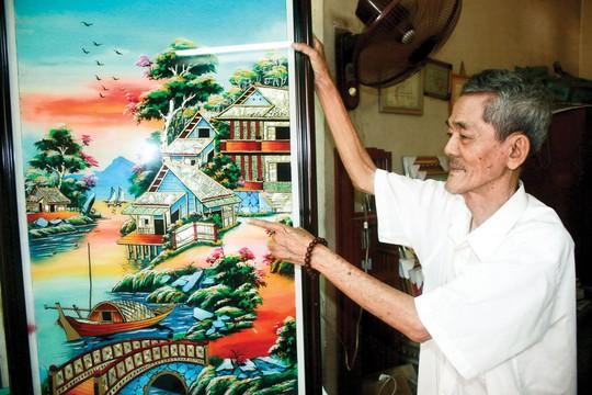 Nghệ nhân Trương Cung Thơ và một bức tranh kiếng vừa hoàn thiện Ảnh: KHÁNH AN