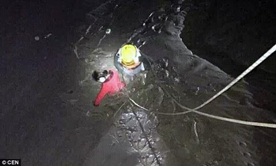 Nhân viên cứu hộ giúp Jun lên bờ. Ảnh: CEN
