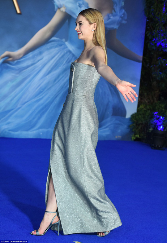 """""""Lọ Lem"""" Lily James đẹp hút hồn trên thảm xanh"""