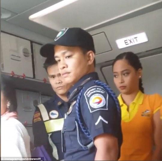 Máy bay hạ cánh vì nữ diễn viên đấm tiếp viên