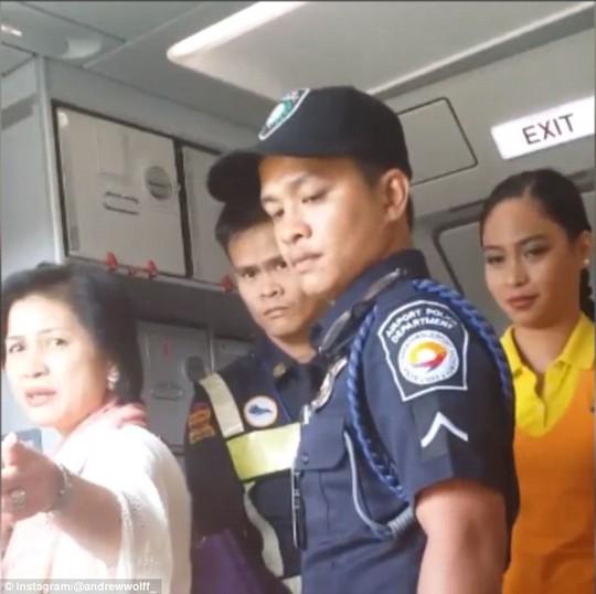 Bà bị đề nghị rời khỏi máy bay với 20 nhân viên an ninh