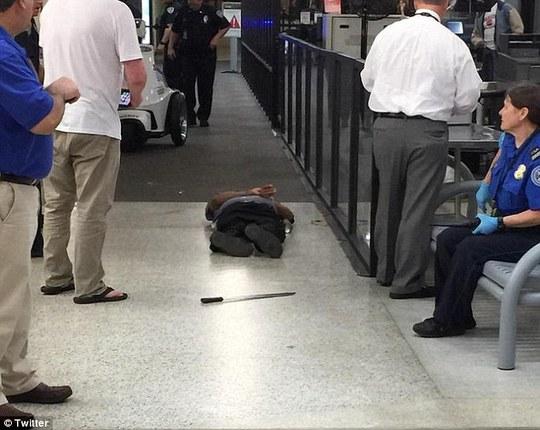 Kẻ tấn công bị bắn, nằm trên sàn. Ảnh: Twitter
