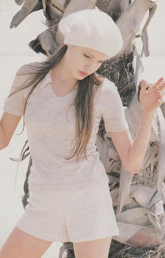 Angelina Jolie xinh tươi tuổi 18