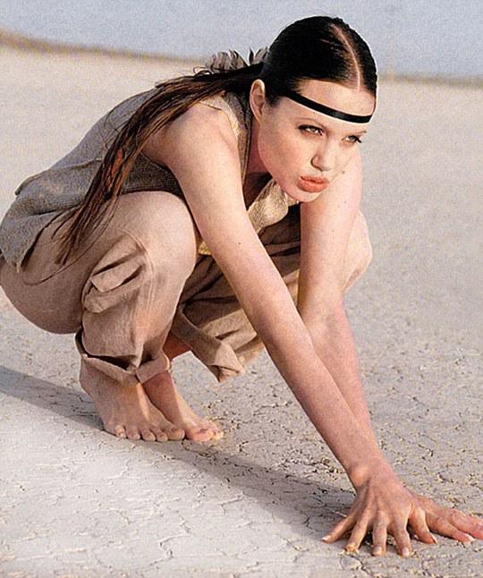 Ngắm Angelina Jolie xinh tươi tuổi 18