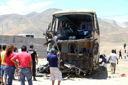 Đầu xe buýt hư hại nặng. Ảnh: EPA