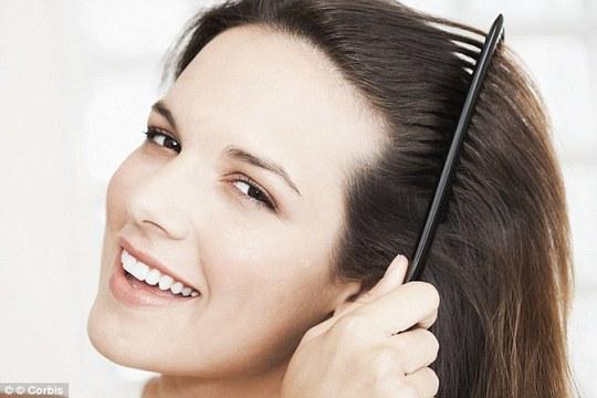 Không nên dùng lược chải khi tóc còn ướt