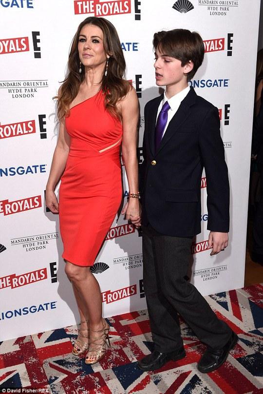 Liz Hurley sánh bước cùng con trai trên thảm đỏ