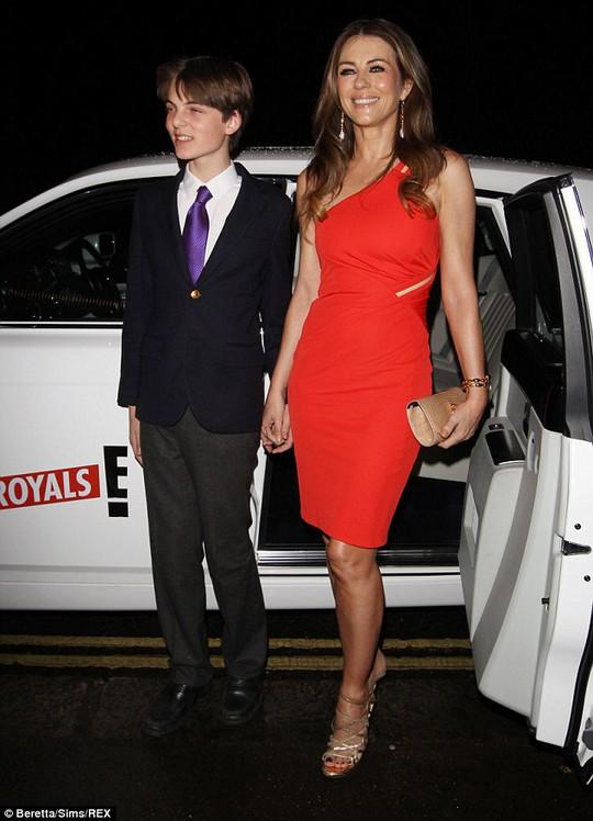 Liz Hurley và con trai đến bằng xe riêng