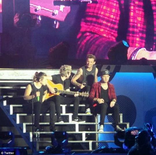 Zayn Malik bật khóc trong lần cuối hát cùng One Direction
