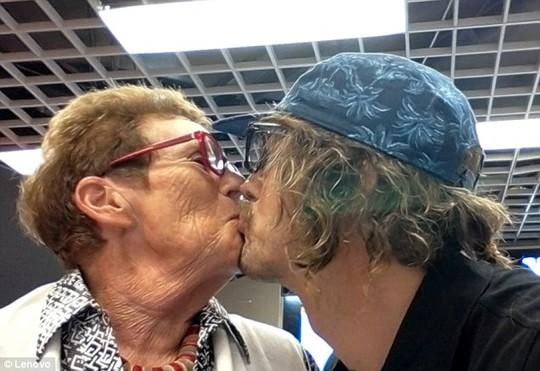 Anh tặng vị nữ khách hàng lớn tuổi một nụ hôn.