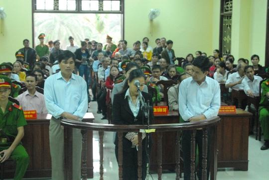 Các bị cáo trong phiên tòa xét xử sáng 27-3