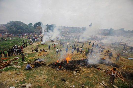 Hỏa táng người thiệt mạng ở Kathmandu. Ảnh: AP