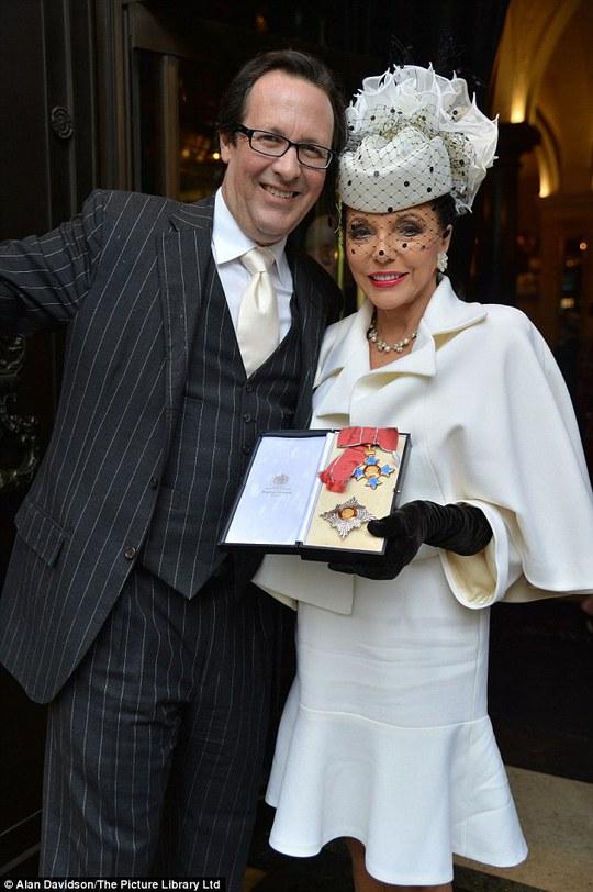 Joan Collins trang nhã nhận tước Hiệp sĩ ở tuổi 81