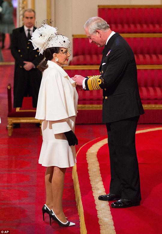 Joan Collins nhận tước Hiệp sĩ