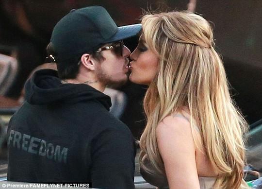 Jennifer Lopez hôn say đắm tình cũ