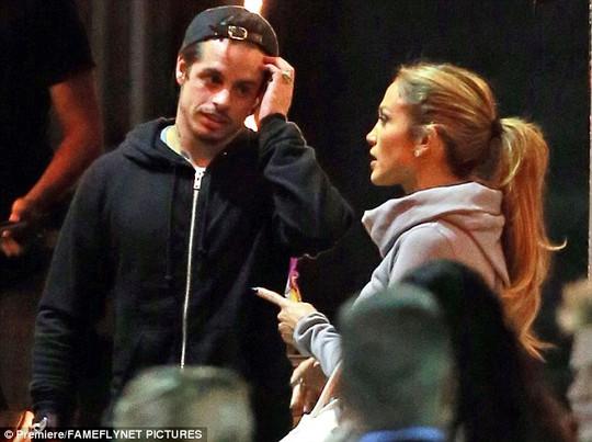 Casper luôn bên cạnh Jennifer tại trường quay