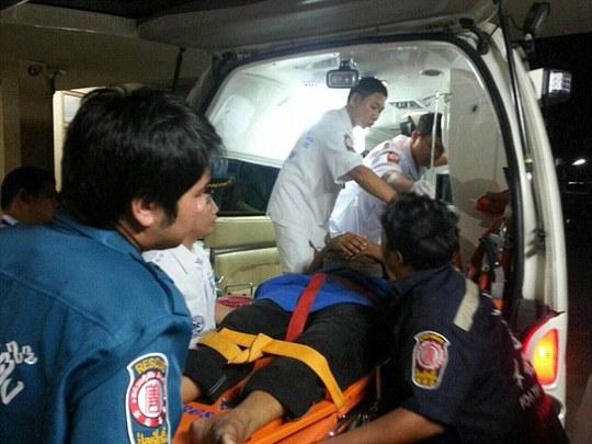 Người bị thương được đưa đi cấp cứu. Ảnh: Daily Mail