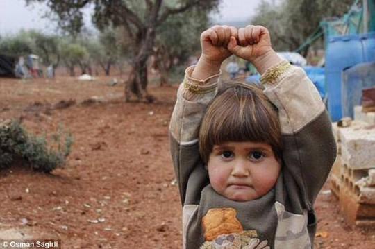 Bức ảnh em bé Syria đầu hàng trước máy ảnh