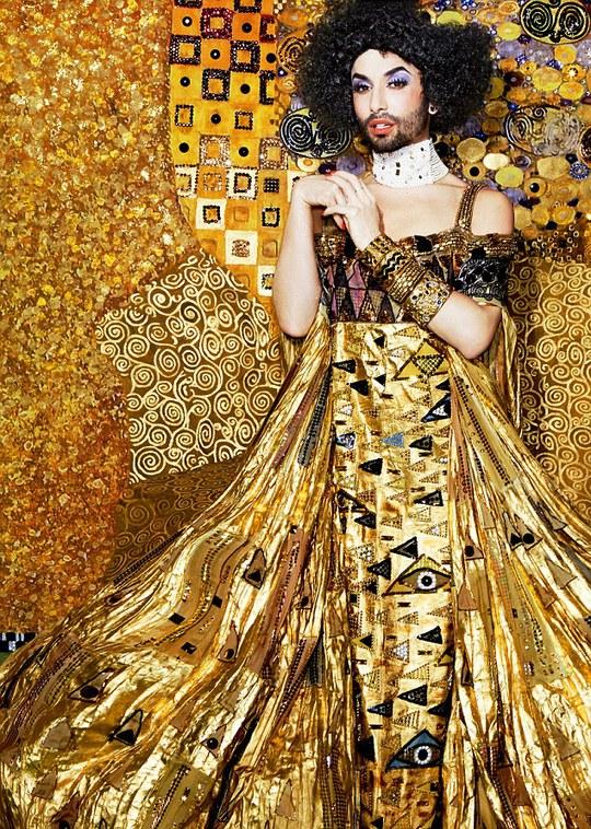 Nữ hoàng có râu Conchita Wurst lộng lẫy đầm vàng