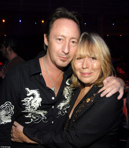 Cynthia và con trai