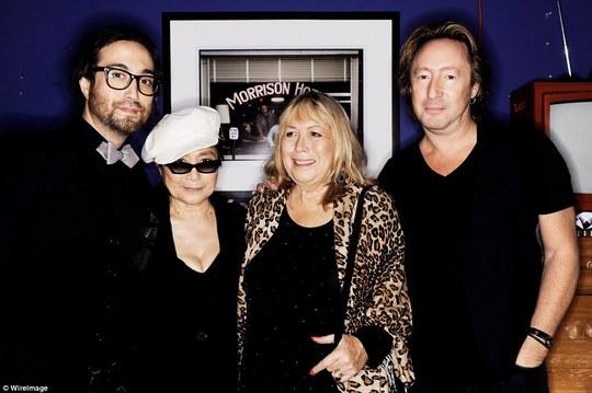 Yoko Ono (trái) cùng Cynthia và hai con của họ