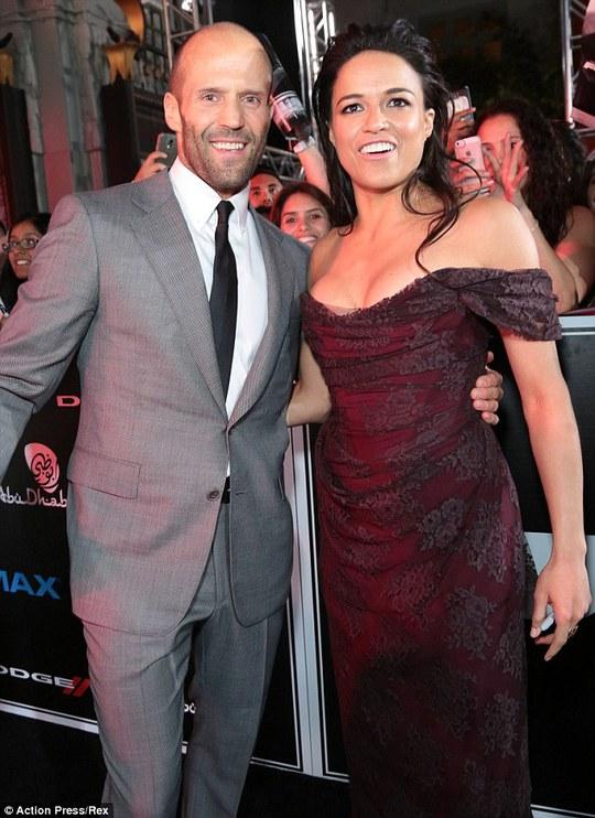 Jason Statham hộ tống Michelle Rodriguez trên thảm đỏ