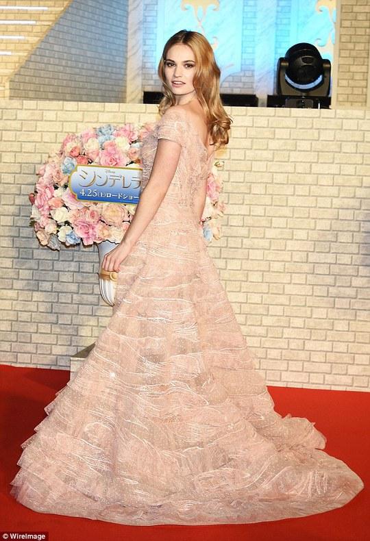 Lily James lộng lẫy ra mắt phim tại Tokyo