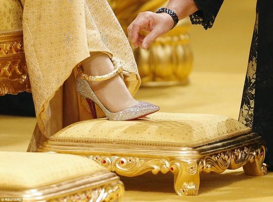 Cô dâu còn diện đôi giày hiệu Christian Louboutin nạm pha lê Swarovski và chân đeo lắc vàng. Ảnh: Reuters