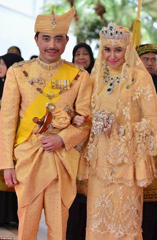Trang phục ngập vàng và kim cương của cặp đôi. Ảnh: Reuters