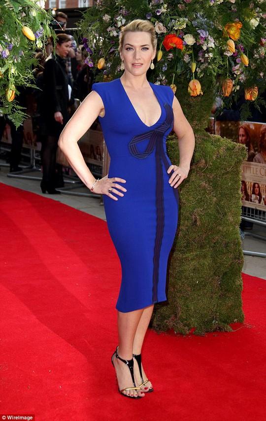 Kate Winslet diện đầm bó màu xanh
