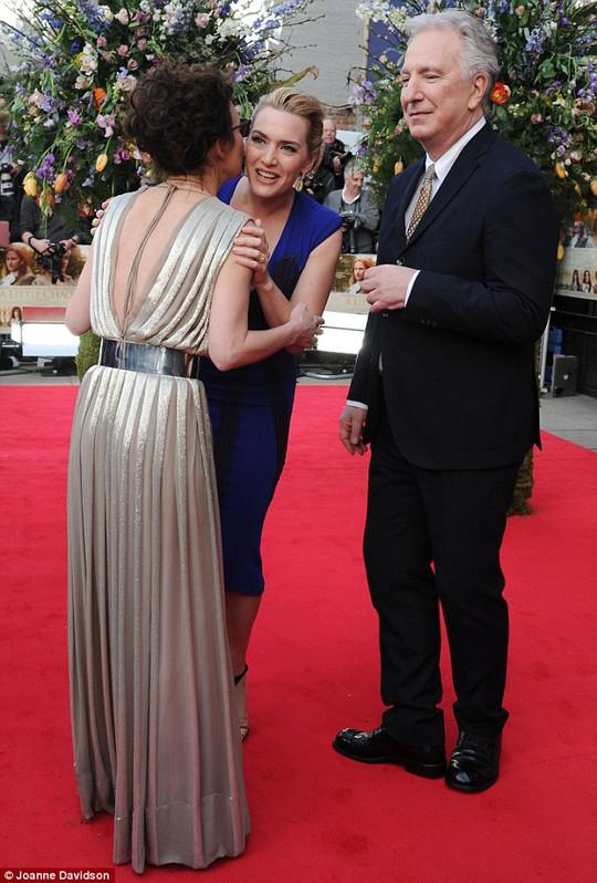 Kate chào Helen McCrory và đạo diễn Alan Rickman