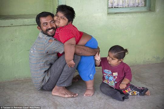 Anh Rameshbhai Nandwana và các con
