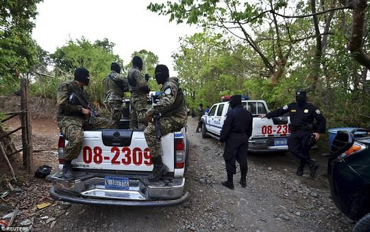 Lực lượng an ninh áp tải tù nhân. Ảnh: Reuters