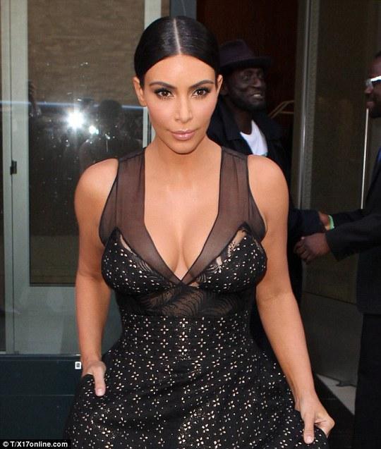 Kim Kardashian quyến rũ đầm đen