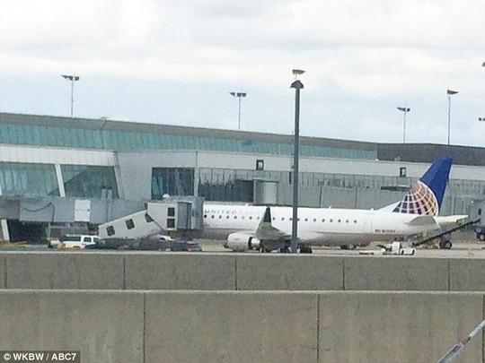 Máy bay hạ cánh tại sân bay quốc tế TP Buffalo. Ảnh: ABC7