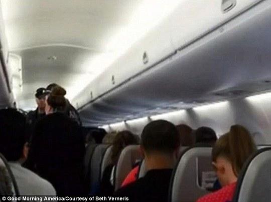Một số hành khách trên máy bay cảm thấy khó chịu. Ảnh: Good morning America