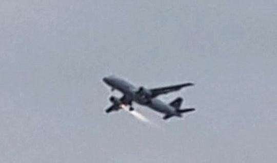 Chiếc máy bay hãng Turkish Airlines cháy động cơ trên bầu trời. Ảnh: Airlive.net