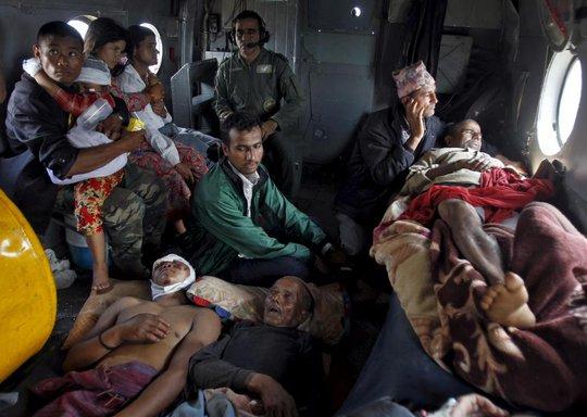 Người bị thương được đưa từ Trishuli Bazar về Kathmandu bằng máy bay. Ảnh: Reuters