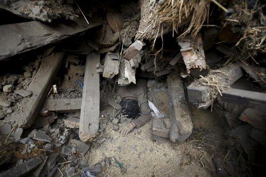 Một phụ nữ thiệt mạng dưới đống đổ nát ở Bhaktapur - Nepal. Ảnh: Reuters