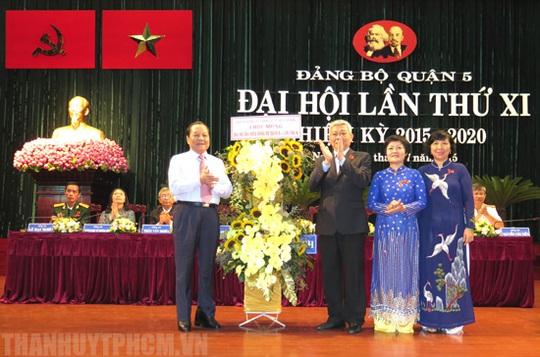 Ủy viên Bộ Chính trị, Bí thư Thành ủy TP HCM Lê Thanh Hải tặng hoa Đại hội