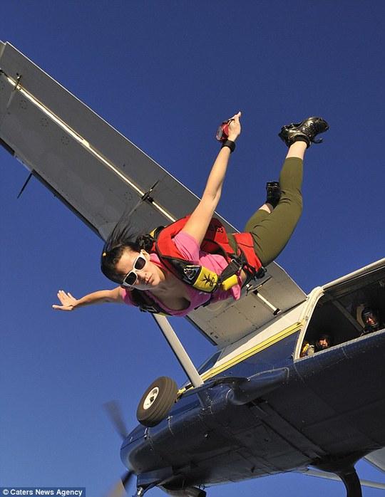 Cô nghiện cảm giác lao ra khỏi máy bay và lượn trên bầu trời