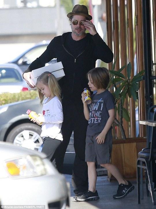 Brad Pitt ngọt ngào chăm sóc con sinh đôi
