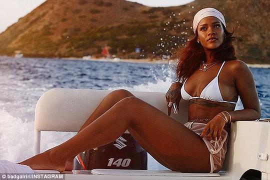 Rihanna đẹp hoang dại trên bãi biển Honolulu