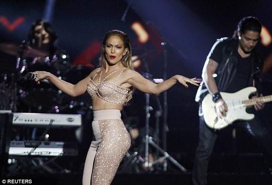 Cô thay trang phục và biểu diễn tại lễ trao giải thưởng