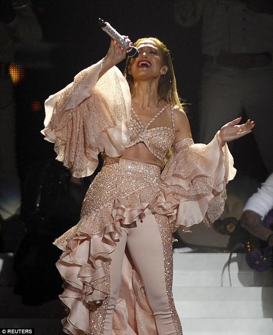 Jennifer Lopez diện trang phục ren trắng trên thảm đỏ