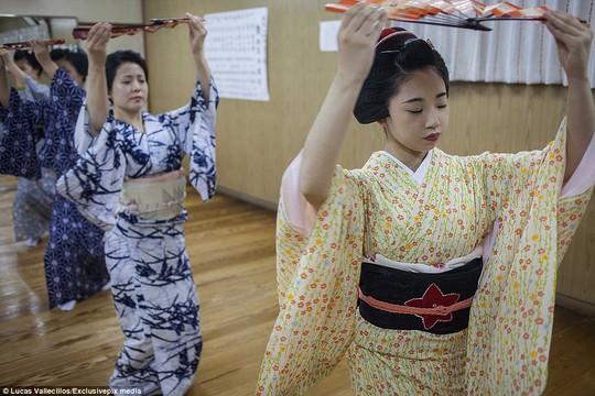 Các Geisha trong buổi huấn luyên
