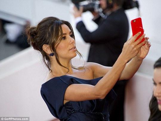 """Bất chấp lệnh cấm, sao nữ vẫn """"tự sướng"""" tại Cannes"""