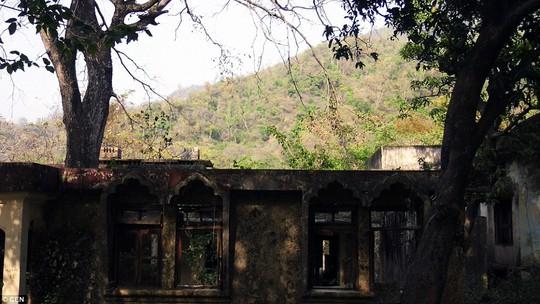 Du khách là người hâm mộ nhóm nhạc này vẫn tìm đến tu viện dù nó bị bỏ hoang