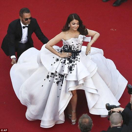 """Hoa hậu đẹp nhất thế giới """"xúng xính"""" đầm lớn tại Cannes 68"""