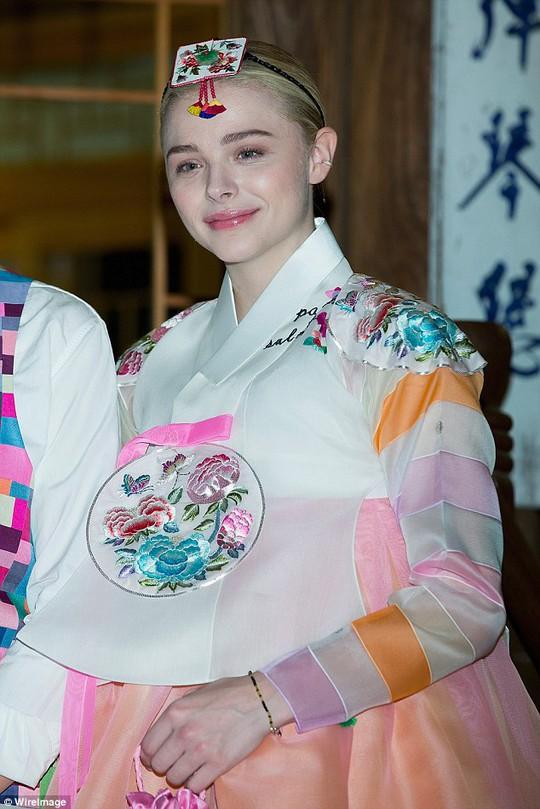 Sao trẻ Chloe Moretz duyên dáng trong Hanbok Hàn Quốc